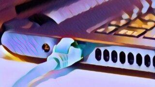 パソコンにLANケーブルがささっている写真